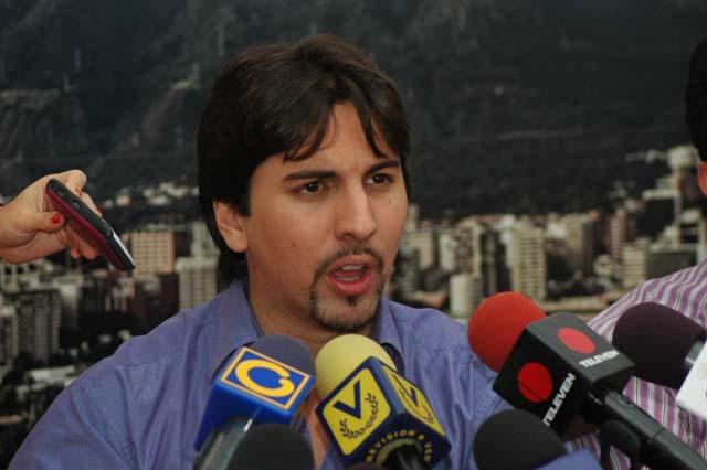 Freddy Guevara: Explíquenle a Venezuela por qué carajo es delito estar con una bandera en una acera