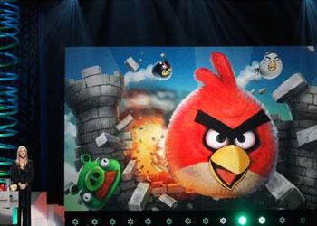 Lisa Kudrow presenta a Angry Birds como el mejor juego de celular en la decimoquinta entrega de los Webby. Foto: AP.
