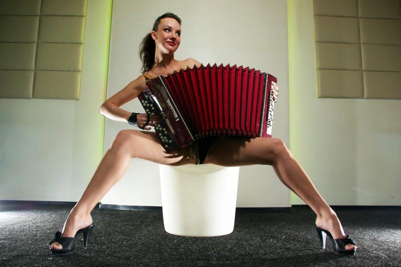 Mujeres Desnudas Con Instrumentos Musicales No Hubiese Quedado
