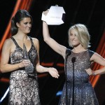 """Julianne Hough (R) presents the """"Favorite Comedic Movie Actress Award"""" at the 2013 People's Choice Awards in Los Angeles"""