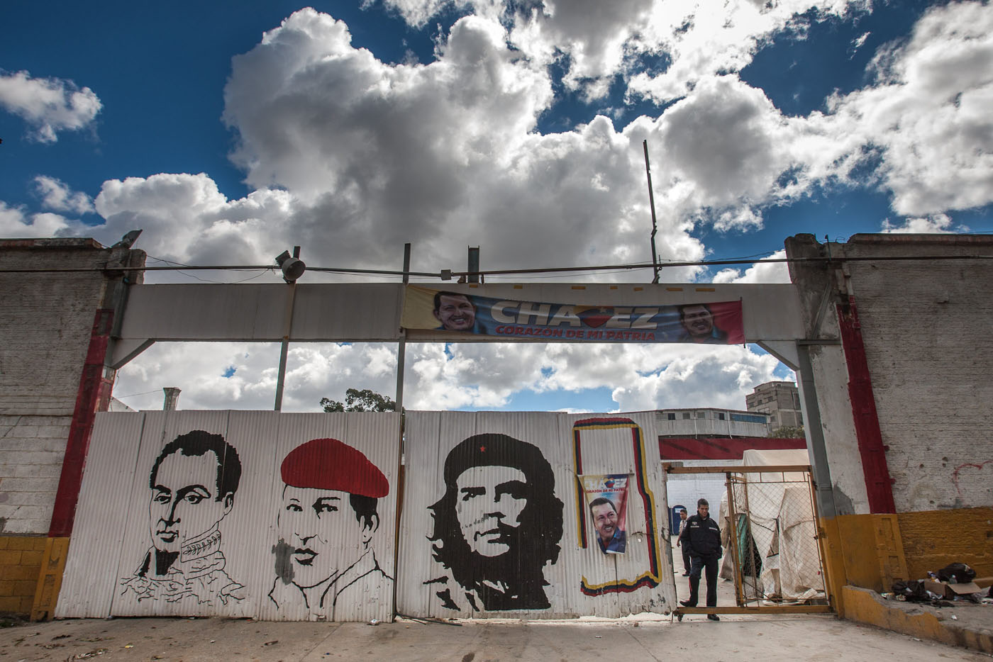 VENEZOLANOS SIGUEN PENDIENTES DE LA SALUD DE CHÁVEZ