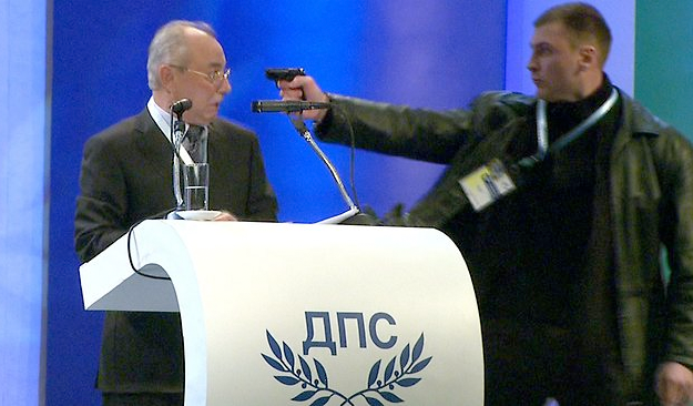 hombre-dispara-pistola-ahmed-dogan