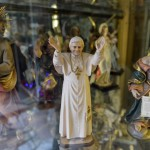 VATICAN-ITALY-POPE-RESIGN-SOUVENIRS