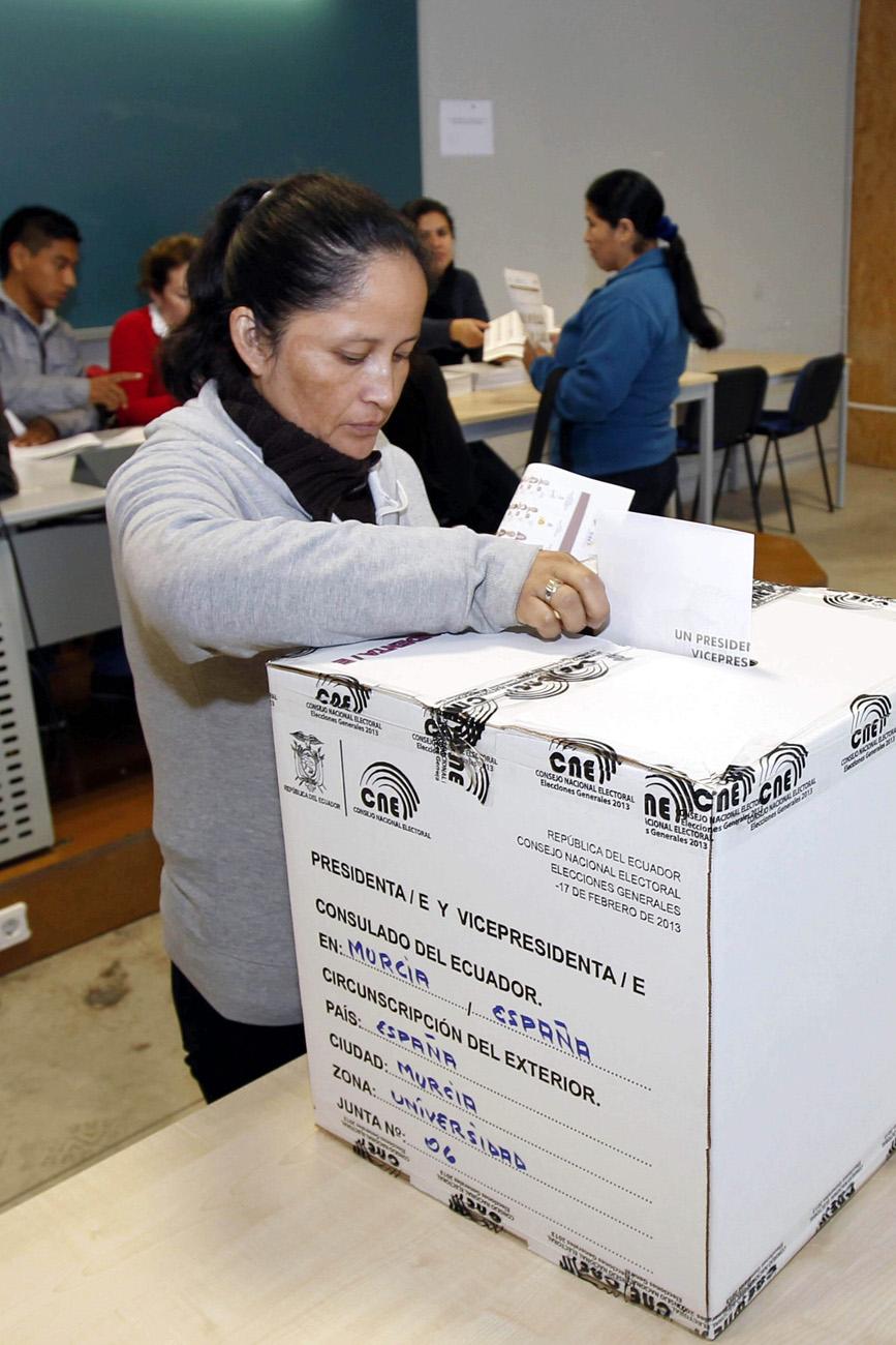 MILES DE ECUATORIANOS PARTICIPAN HOY EN LAS ELECCIONES DE SU PAÍS DESDE ESPA�A