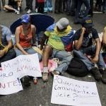 """POLICÍA DISUELVE A ESTUDIANTES QUE RECLAMAN """"LA VERDAD"""" SOBRE SALUD DE CHÁVEZ"""