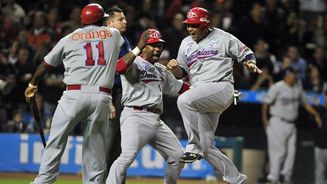 Los dominicanos celebraron doblemente el cuadrangular de Peña porque los puso en la final y eliminó a Venezuela.