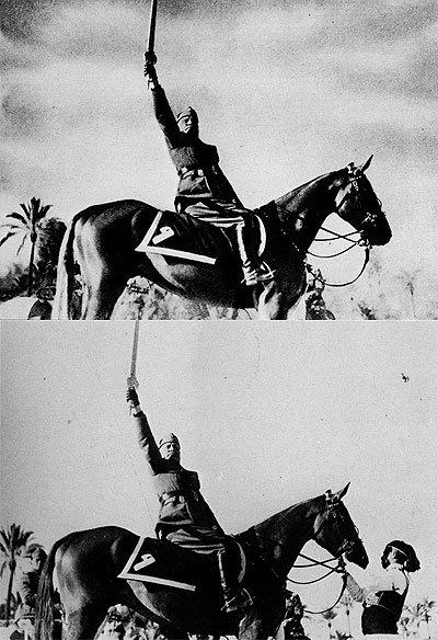 Otro ejemplo de retoque en pro de mejorar la imagen de un dictador. Se borra todo rastro de la persona que estaba sujetando el caballo de Mussolini. Hay que reconocer que la imagen cambia muchísimo de significado.