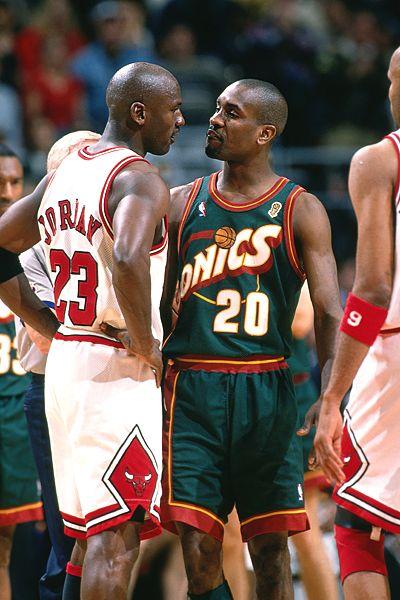 Gary Payton junto a Michael Jordan