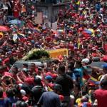 UNA MULTITUD DESCONSOLADA DESPIDE A CHÁVEZ EN LAS CALLES DE CARACAS