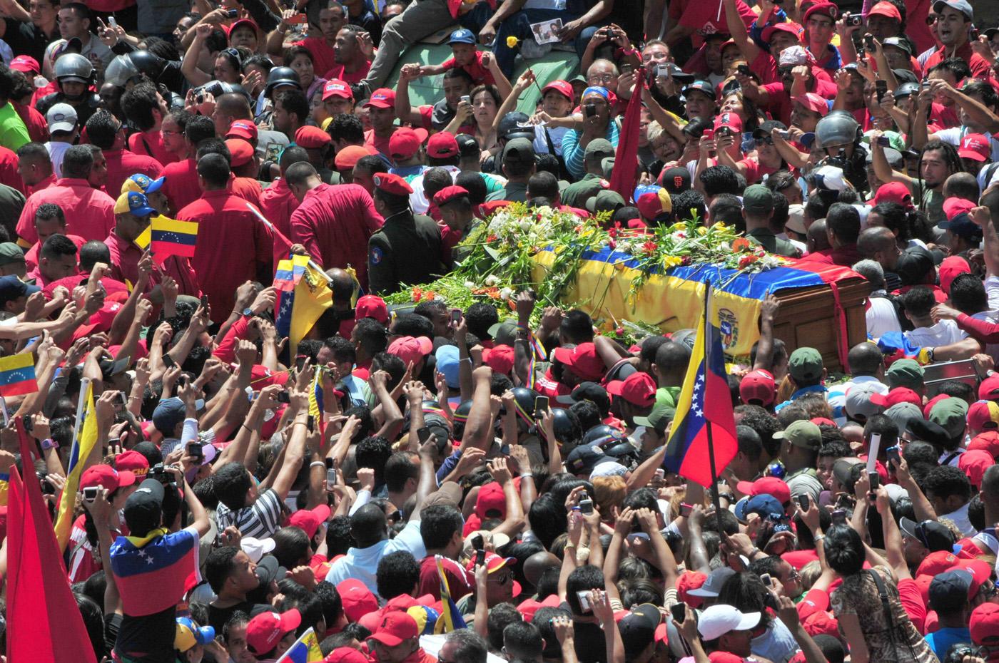 VENEZOLANOS HONRAN EL F�RETRO DE CHÁVEZ