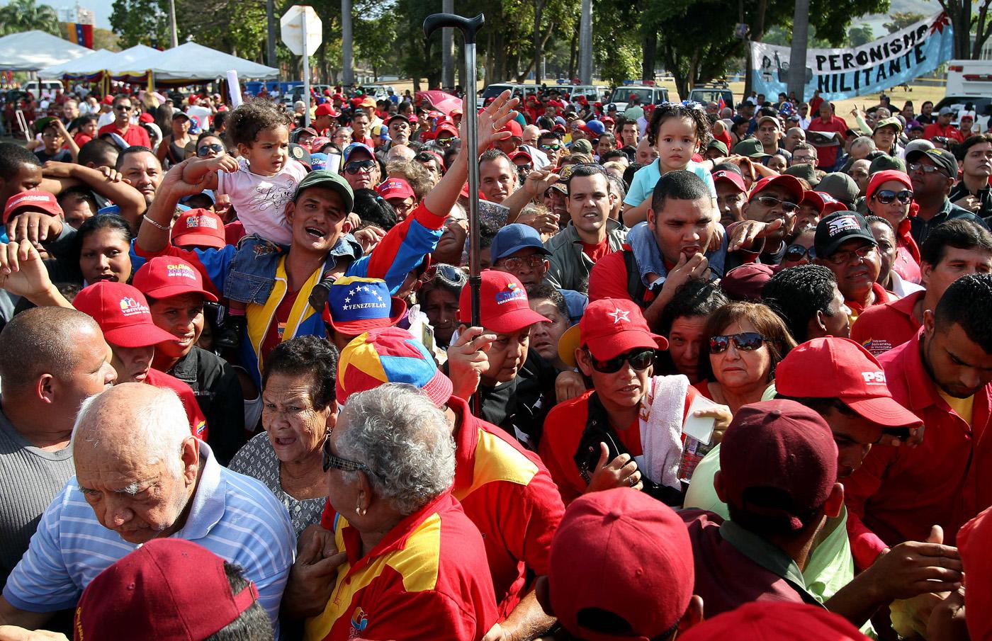 MILES DE PERSONAS AGUARDAN EN FILA PARA LLEGAR AL F�RETRO DE CHÁVEZ