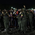 MILES DE PERSONAS AGUARDAN EN FILA PARA LLEGAR AL FÉRETRO DE CHÁVEZ