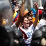 Seguidores chavistas y opositores marchan hoy, jueves 21 de marzo de 2013, en el centro de Caracas (Venezuela). Cuatro estudiantes opositores resultaron heridos tras ser agredidos presuntamente por jóvenes chavistas cuando trataban de llegar al Consejo Nacional Electoral (CNE) para exigir elecciones justas en Venezuela, según fuentes de la marcha opositora. EFE/David Fernández