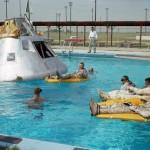 El equipo del Apollo 1 se relaja durante un simulacro de un acuatizaje, 1966