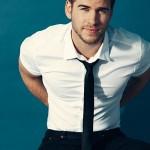 Liam-Hemsworth-Sexy-Details-Burbujas-De-Deseo-09-532x700