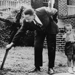 Martin Luther King Jr. remueve una cruz de madera (1960)