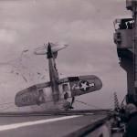 Un piloto falla su aterrizaje sobre un portaaviones en la Segunda Guerra Mundial