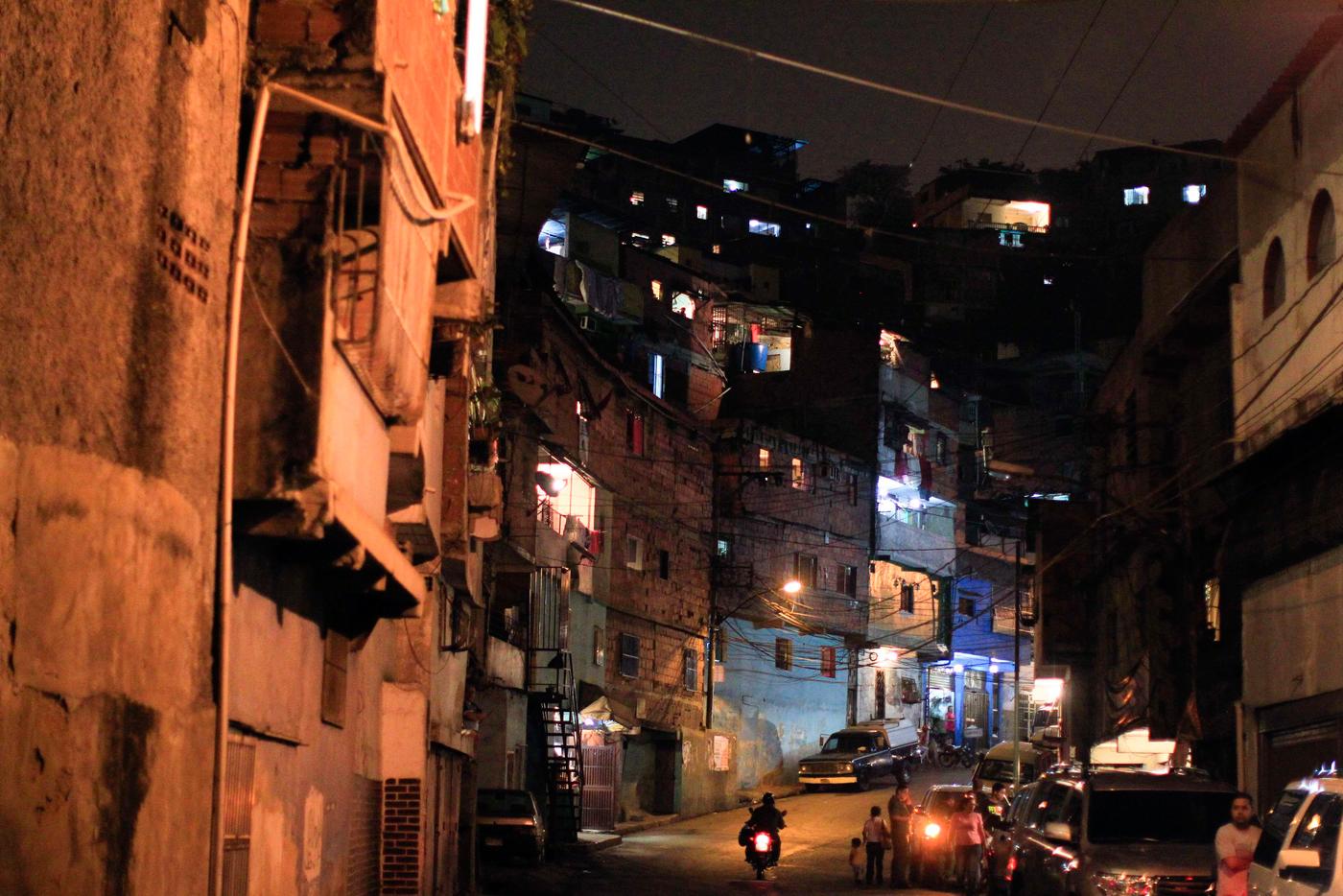 Resultado de imagen para barrio de caracas de noche