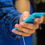 Un usuario maneja un iPhone. Foto: Archivo