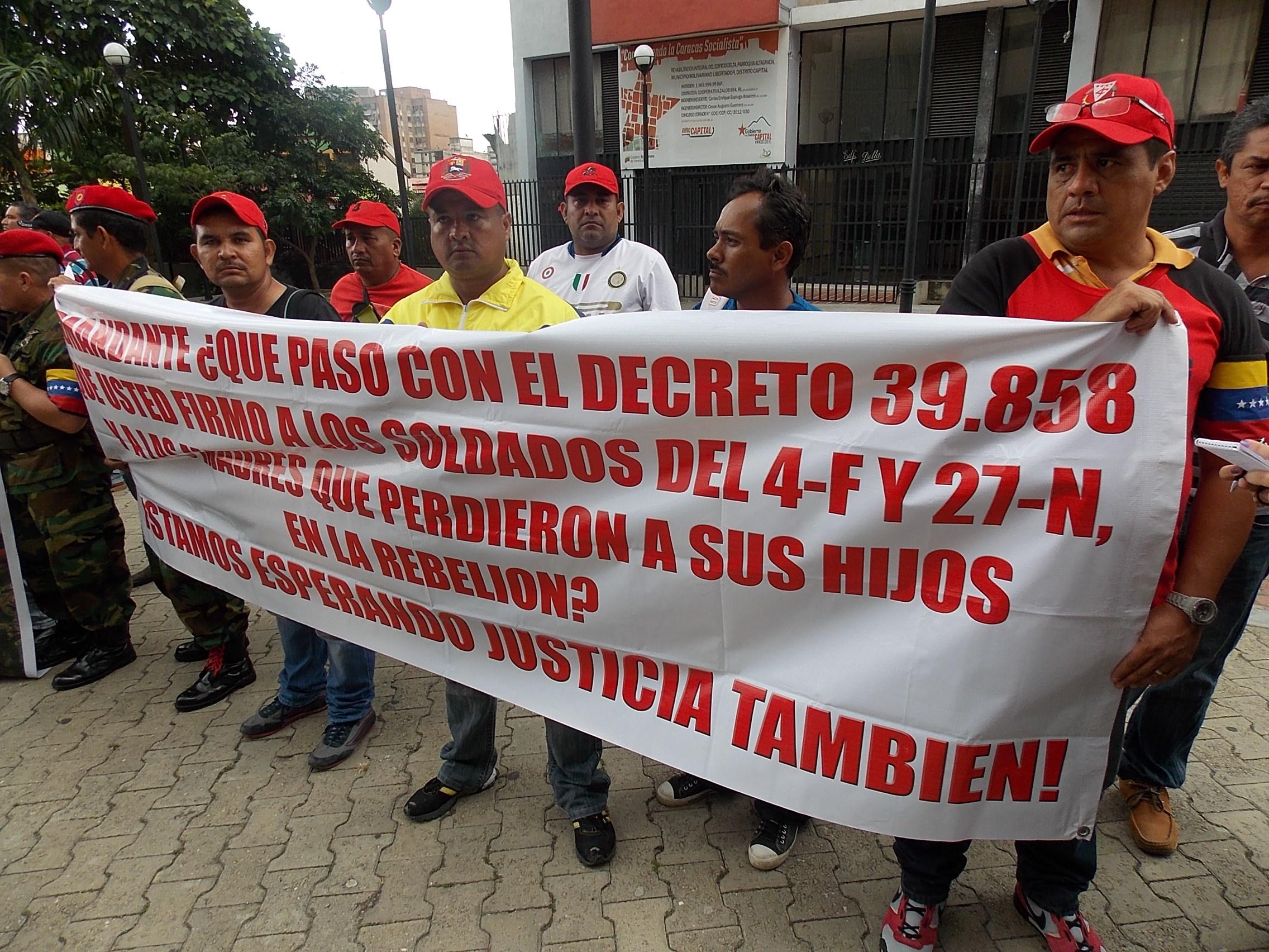 Militares del 4-F protestan frente al TSJ Militares-retirados3