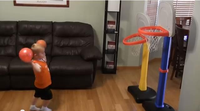 Niño de 2 años toda una estrella del baloncesto