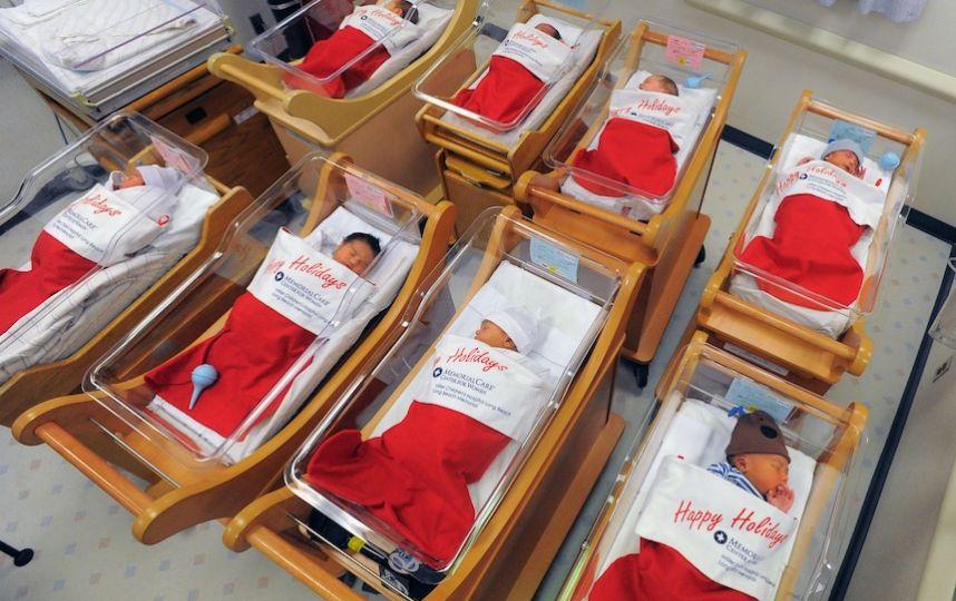 Entregan a recién nacidos en botas gigantes de Santa Claus.