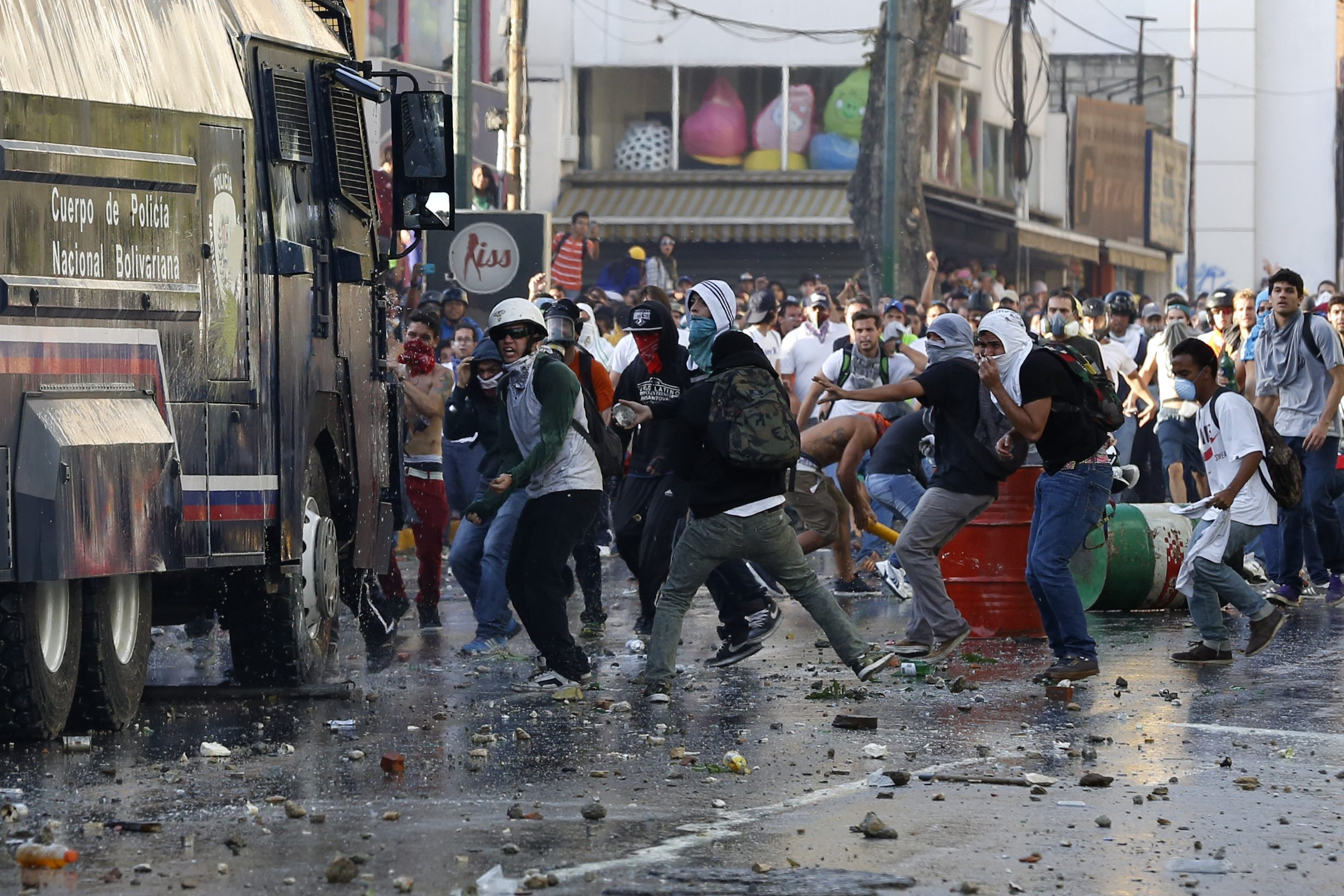"""""""Revolucion"""" au Venezuela ? - Page 3 2014-02-15T225400Z_1427585968_GM1EA2G0J1501_RTRMADP_3_VENEZUELA-PROTESTS"""