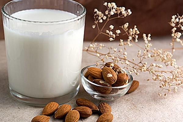 Snacks saludables  Consejos para una buena alimentación en los niños Leche de almendras