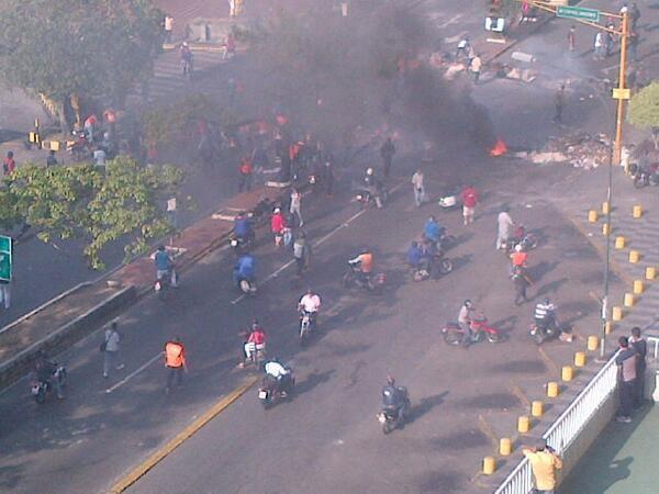 Colectivos de paz accionan armas de fuego en la Rómulo Gallegos ante mirada de la GNB