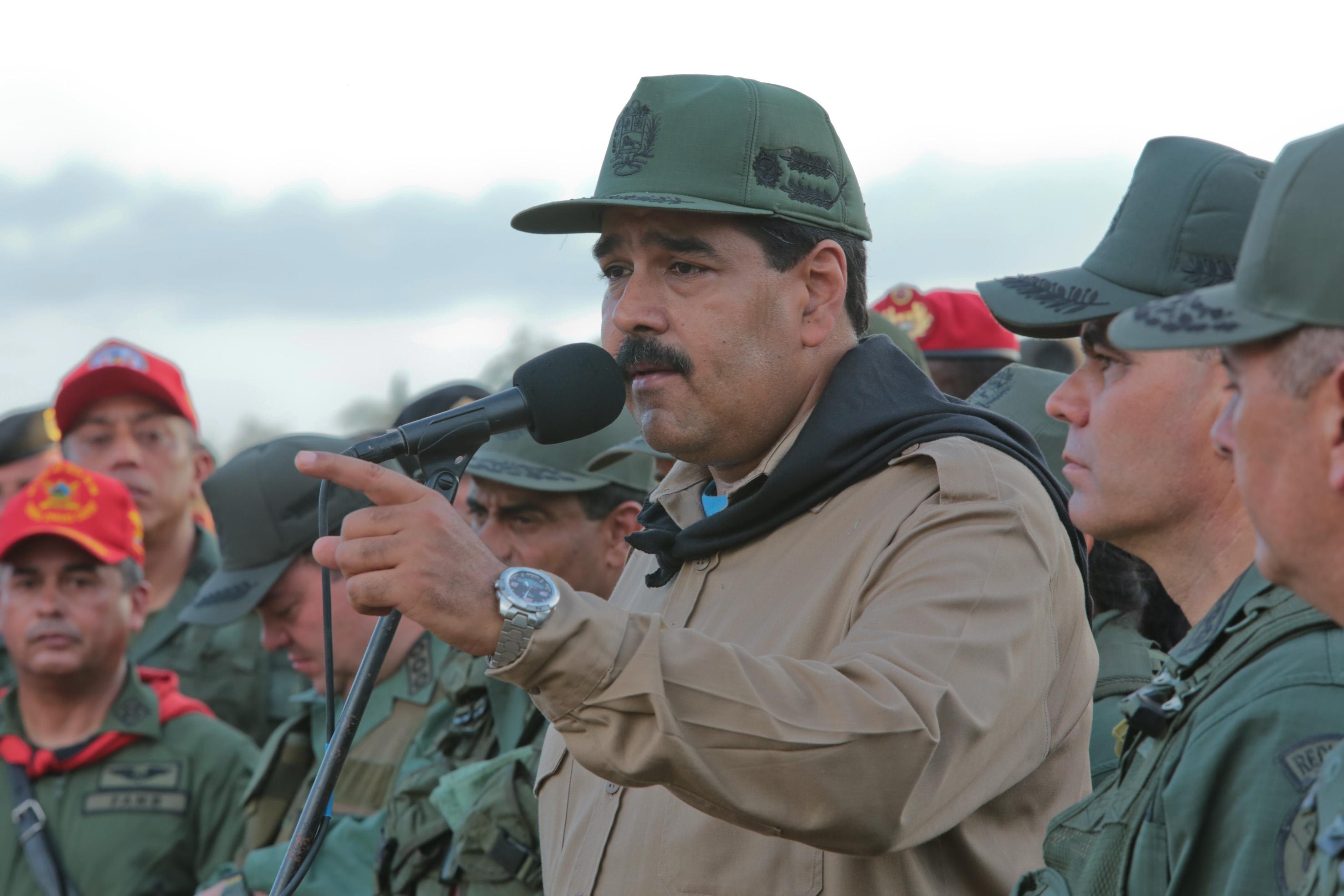 Resultado de imagen para maduro rodeado de militares
