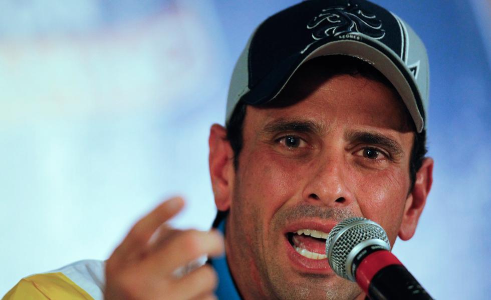 Capriles: Mientras recogen firmas contra el imperio, matan a los venezolanos
