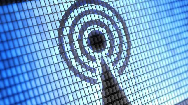 Ya se sabe que estar sin internet en el móvil es, hoy en día, como sentirse desnudo. Vivimos en una era hiperconectada gracias a la proliferación de dispositivos electrónicos cuya razón de ser es conectarse. Pero para evitar utilizar la tarifa de datos móviles contratada, los usuarios cada vez más deciden conectarse a las redes wifi públicas. ABC.es Este hecho puede provocar, a juicio de los expertos, un riesgo de ser interceptado o poner en peligro la información del teléfono móvil, el «gadget» que no permanece alejado de su propietario ni cinco minutos. Conectar el «smartphone» a las redes WiFi