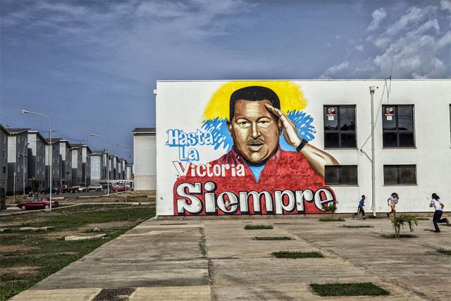El 22 de agosto, los residentes de La Guaira ocuparon la oficina de la autoridad de vivienda local después que el gobernador del estado Jorge García Carneiro, hizo entrega de 512 nuevos apartamentos a destinatarios no revelados en una ceremonia televisada a la que asistieron soldados y generales en traje de faena. / Foto Bloomberg