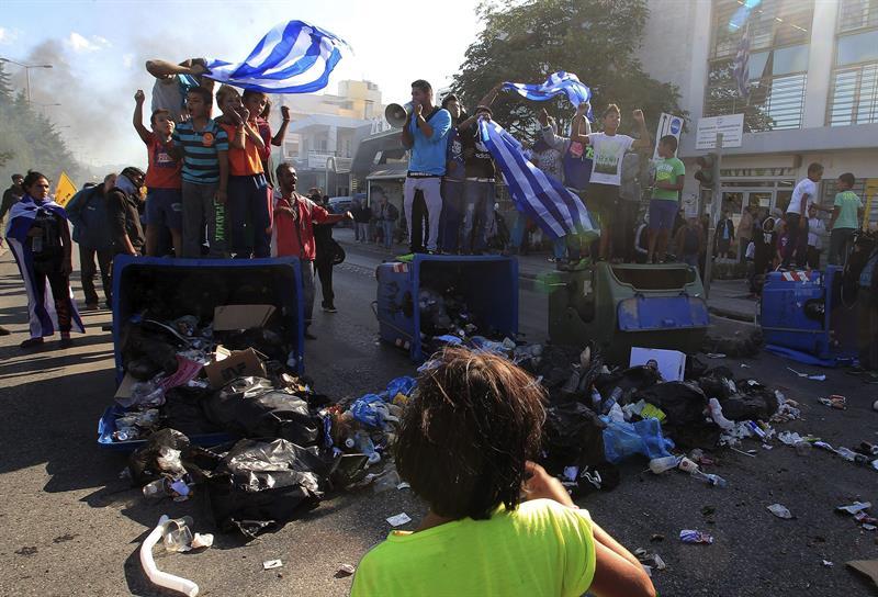 Disturbios en Atenas por desmantelamiento de asentamiento de gitanos