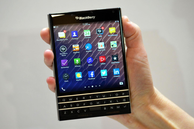 BlackBerry se prepara para lanzar un dispositivo equipado con Android, pero enfocado en la seguridad: se denominará Priv. Esto marca un viraje en la estrategia de la compañía de origen canadiense que, a pesar de las dificultades, ha defendido, a capa y espada, su propio sistema operativo, BlackBerry OS 10. Se espera que la terminal llegue a las tiendas en noviembre. Contará con un teclado físico, pantalla de 5,4 pulgadas con resolución 2K (1.440 x 2.560 píxeles), procesador Snapdragon 808 de ocho núcleos, 3 GB de RAM, 32 GB de almacenamiento y cámara principal de 18 MP, reseñó El Tiempo.