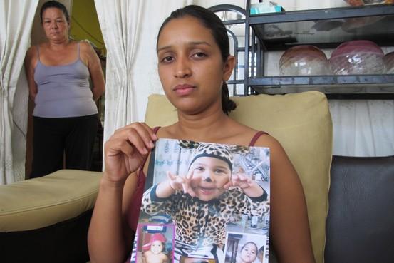 Yaniret Carmona, de 26 años, dijo que su hija murió tras horas de levantarse con una fiebre alta (Juan Forero)