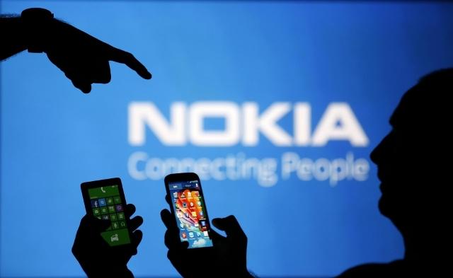 Los celulares Nokia están de vuelta. La compañía finlandesa de telecomunicaciones, que se ha concentrado en redes de comunicación desde que vendió su debilitada unidad de teléfonos a Microsoft en el 2014, dijo el miércoles que va a lanzar una nueva generación de teléfonos y tabletas en colaboración con una nueva compañía llamada HMD. AP Nokia no va a fabricar los dispositivos. HMD, dirigida por un grupo de ex ejecutivos de Nokia y Microsoft, los producirá bajo la marca Nokia. No se revelaron detalles sobre cuándo estarán disponibles los primeros celulares, cuántos planean producirse ni las especificaciones técnicas. HMD va