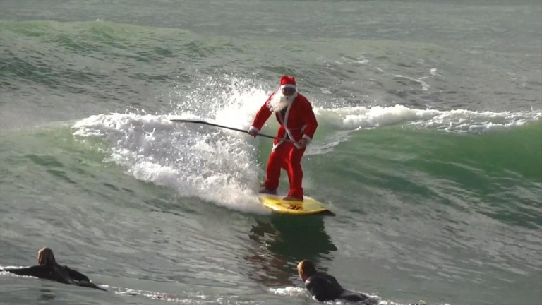 (EL VIDEO DEL DÍA) Santa surfea en Italia