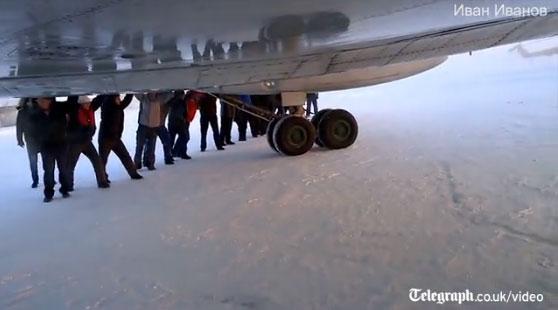 Pasajeros empujan avión de 47 toneladas para poder despegar (+Video)