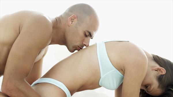 Una pareja usando un consolador con correas durante el