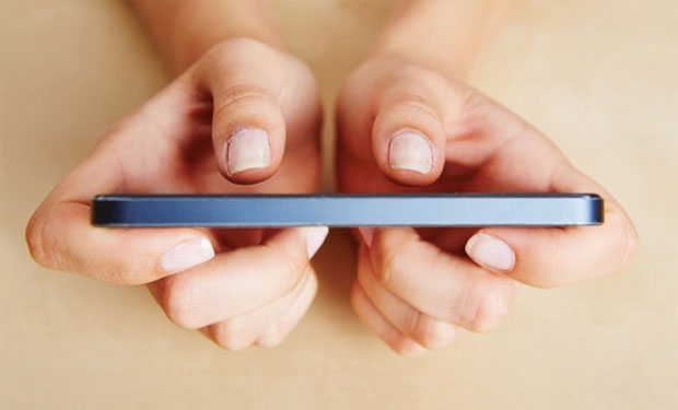 """El uso de las pantallas táctiles de los teléfonos inteligentes cambia la forma en que pulgares y cerebro trabajan en conjunto, produciéndose una mayor actividad cerebral, según un estudio publicado hoy en la revista estadounidense Current Biology. La aparición de las pantallas táctiles en infinidad de dispositivos, por ejemplo en los teléfonos inteligentes, han hecho que los usuarios desarrollen nuevas habilidades con los dedos, en especial los pulgares, que son los más empleados en un """"smartphone"""". El profesor Arko Ghosh encabezó un equipo de las universidades suizas de Zúrich y Friburgo, al darse cuenta de que la obsesión por el"""