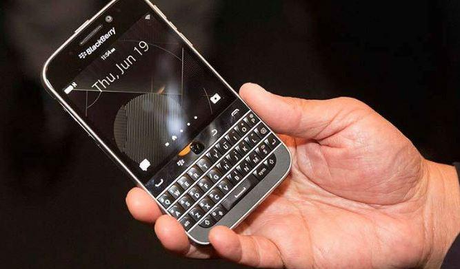 BlackBerry ha anunciado de forma oficial la llegada de su smartphone Blackberry Classic. Es una versión moderna y renovada de los móviles por los que se hicieron famosos. El Classic (clásico) tiene una aspecto «retro», con un teclado físico QWERTY y teclas de navegación también físicas, algo que atrajo mucho al público en la época dorada de Blackberry. Blackberry Classic es de menor tamaño que el Passport pero más grande que los modelos antiguos, como el BlackBerry Bold 9900. Tiene una pantalla táctil de 720x720p de 3.5 pulgadas, lo que la hace ser más pequeña que la de muchos competidores.