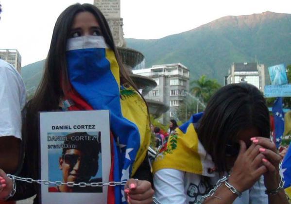 Jóvenes continúan encadenados en Altamira