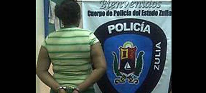 Arrestan a mujer por golpear a policía en una cola