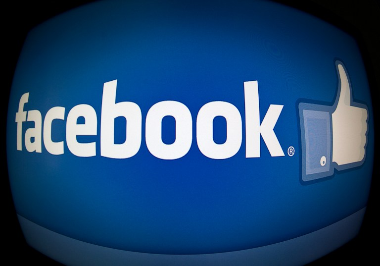 """Facebook informó el martes que limitará la publicación de noticias engañosas en la página de """"Inicio"""" de los usuarios, argumentando que la continua circulación de historias falsas son una molestia para los miembros de esta enorme red social. AFP """"Hemos escuchado que la gente quiere ver menos historias engañosas y noticias falsas"""", dijeron los ejecutivos de Facebook Erich Owens y Udi Weinsberg en un blog. """"Los engaños son una forma de 'spam' recurrente en la sección de 'Noticias' de Facebook, e incluyen fraudes, como por ejemplo 'Haga clic aquí para ganar una provisión de café para un año' o noticias"""