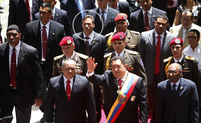 El presidente venezolano Hugo Chávez (c) llega hoy, jueves 5 de julio de 2012, a la Asamblea Nacional en Caracas (Venezuela) con motivo del 201 aniversario de la independencia del país. EFE/ David Fernández