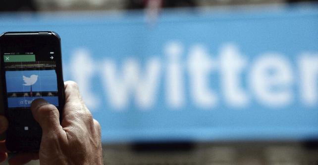 """La red social Twitter ha presentado este jueves """"Mientras no estabas"""", una nueva función en la cronología de inicio de los usuarios encargada de recopilar los mensajes más relevantes generados por las cuentas a las que sigue el usuario cuando este no está conectado. Según informa en un comunicado, el objetivo de esta novedad es poder estar al tanto de lo publicado independientemente del tiempo que se pase en red, puesto que """"pueden ocurrir muchas cosas cuando no estás"""". Twitter asegura que esta función """"ayuda a hacerse una idea de lo que ha sucedido"""" en este período mostrando mensajes que"""