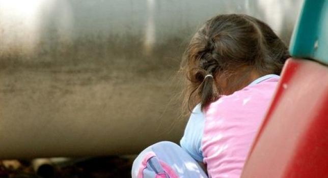 """Un programa terapéutico basado en vídeos para las familias con bebés con riesgo de autismo podría reducir la probabilidad de que los niños desarrollen el trastorno, según un estudio que publica hoy la revista británica """"The Lancet Psychiatry"""". El estudio, elaborado por varias universidades británicas, se realizó en familias con bebés de 7 a 10 meses con riesgo de autismo -por tener hermanos ya diagnosticados- y evaluó la eficacia del tratamiento con vídeos en el primer año de vida del bebé. Este tratamiento, incluido dentro del Programa de Promoción de la Crianza Positiva, una estrategia internacional para la mejora de"""