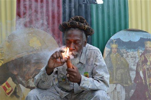 """Foto: el defensor de la legalización de la marihuana y leyenda de la música reggae, Bunny Wailer, fuma una pipa repleta de la hierba durante una sesión de """"razonamiento"""" en un patio de Kingston, Jamaica. Legisladores jamaiquinos aprobaron una propuesta para despenalizar la marihuana y establecer una agencia de licencias para regular el sector de esta droga con fines medicinales en la isla. / AP"""
