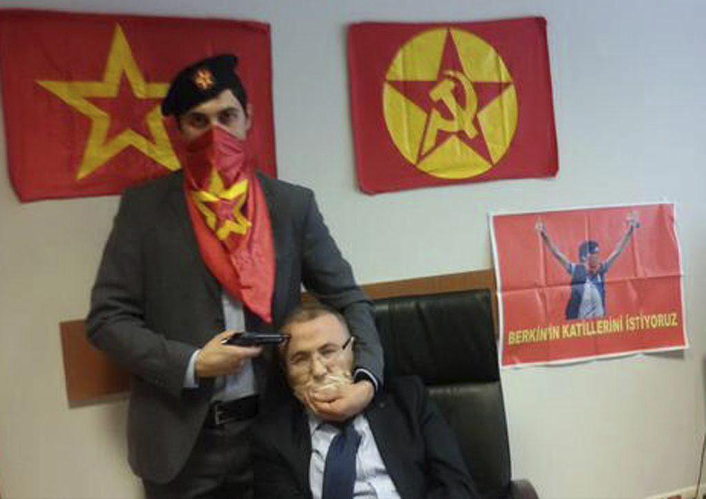 Toman como rehén a un fiscal en el palacio de justicia de Estambul